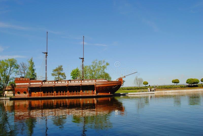 Σκάφος παλαιός-μόδας στον ποταμό στοκ εικόνες με δικαίωμα ελεύθερης χρήσης