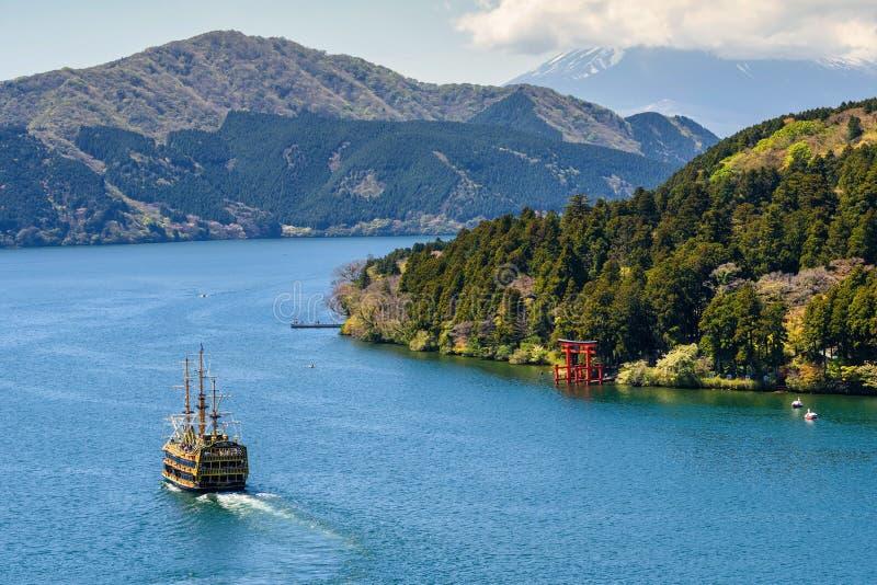 Σκάφος πειρατών και πύλη Torii, Hakone στοκ εικόνα