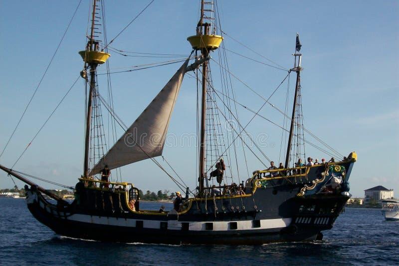 Σκάφος πειρατών στον ωκεανό στοκ φωτογραφία