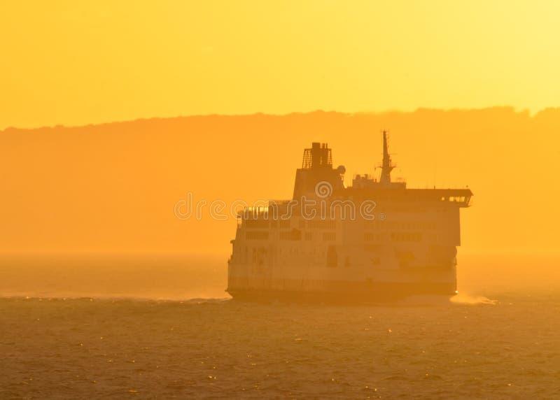 Σκάφος πορθμείων στην ελαφριά ομίχλη στοκ φωτογραφία με δικαίωμα ελεύθερης χρήσης