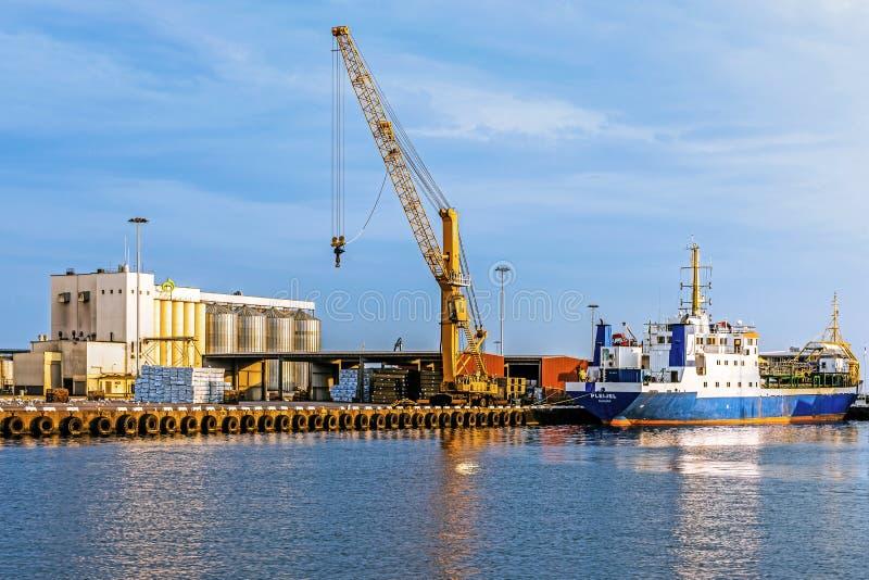 Σκάφος που δένεται στο λιμένα Kalmar στοκ εικόνα