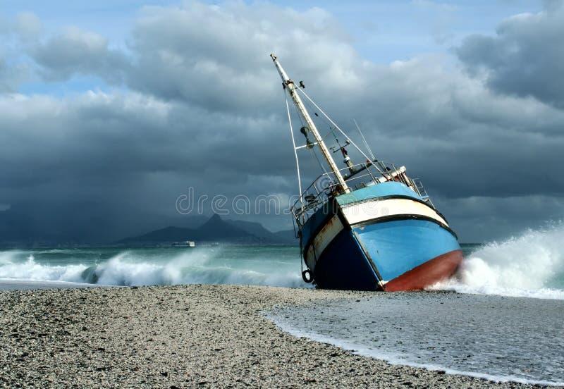 Σκάφος που έτρεξε στην ξηρά στη θύελλα στοκ φωτογραφία