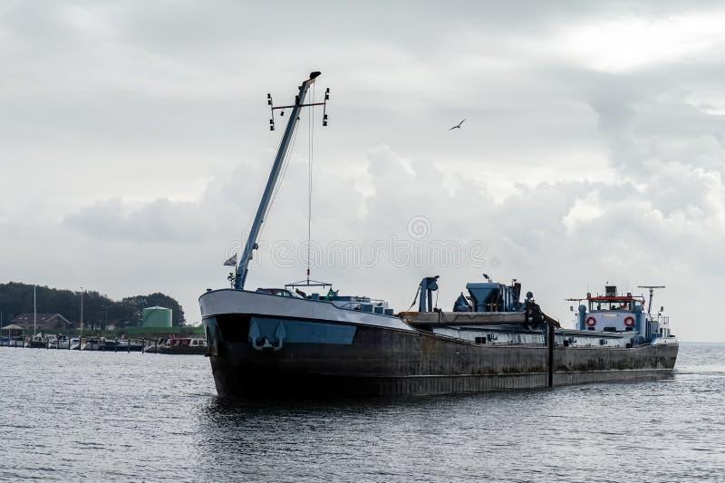 Σκάφος που επιστρέφει στο λιμάνι στοκ φωτογραφίες με δικαίωμα ελεύθερης χρήσης