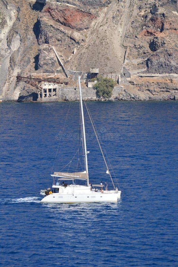 Σκάφος που πλέει μέσω του κόλπου της φωτογραφίας νησιών Santorini από τη ανοικτή θάλασσα Τοπία μεταφορών, κρουαζιέρες, ταξίδι στοκ εικόνες