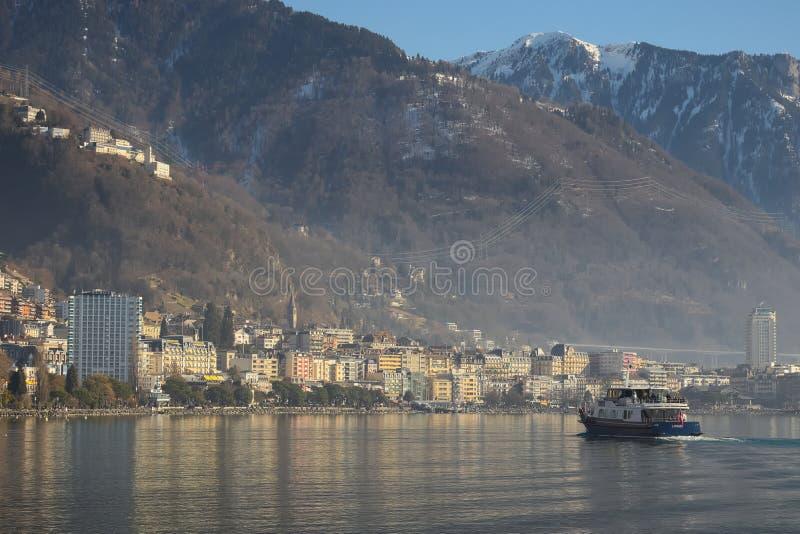 Σκάφος που ταξιδεύει προς το Μοντρέ με τα βουνά στο υπόβαθρο στοκ εικόνες
