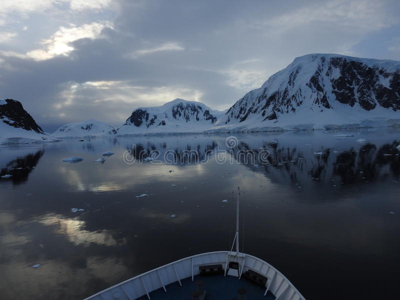 Σκάφος που ταξιδεύει την ανταρκτική χερσόνησο στοκ φωτογραφίες