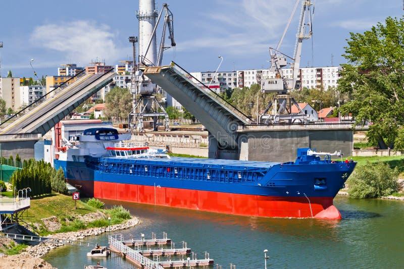 Σκάφος που φεύγει μέσω της γέφυρας γερανών στοκ φωτογραφία με δικαίωμα ελεύθερης χρήσης