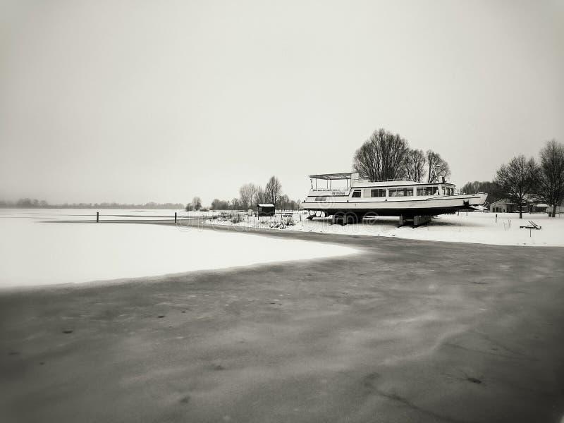 Σκάφος στην ακτή στοκ εικόνα