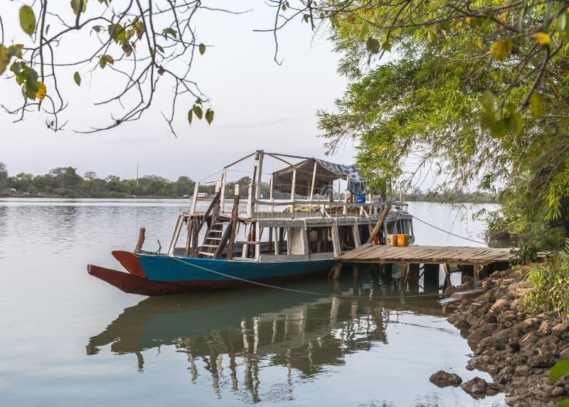 Σκάφος στην αποβάθρα στοκ εικόνες με δικαίωμα ελεύθερης χρήσης