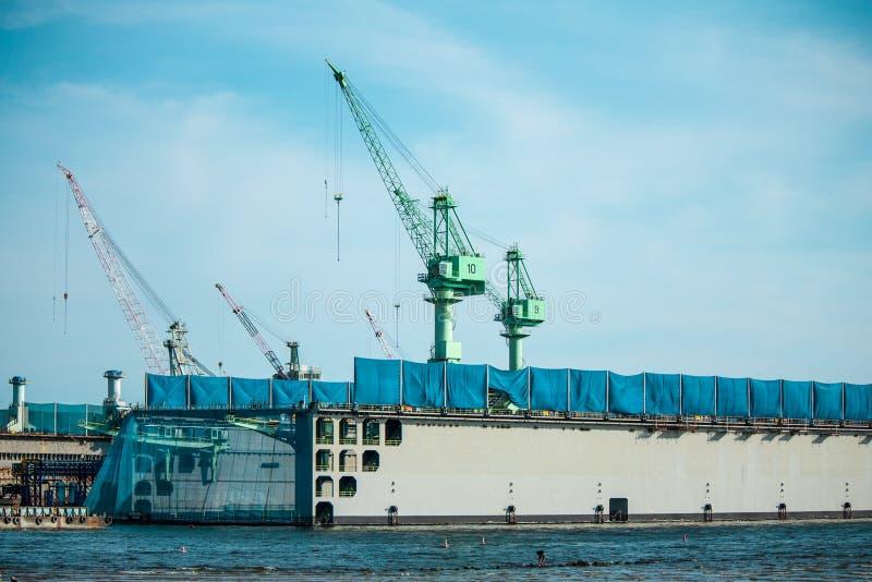 Σκάφος στην επιπλέουσα αποβάθρα, ναυπηγείο, ναυπηγείο, ναυπηγείο στοκ εικόνες