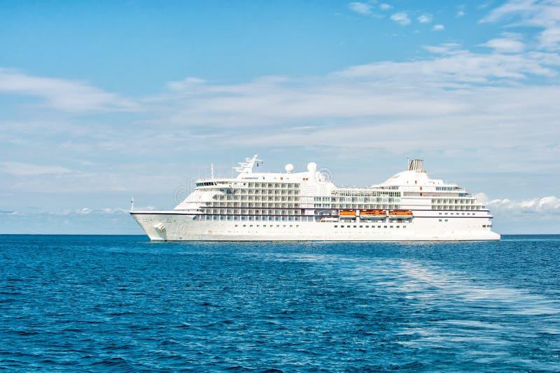 Σκάφος στη θάλασσα στη μεγάλη κοραλλιογενή νήσο αναβολεύων, Μπαχάμες Υπερωκεάνειο μπλε seascape Μεταφορά νερού, σκάφος Περιπέτεια στοκ φωτογραφίες με δικαίωμα ελεύθερης χρήσης