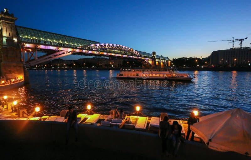 Σκάφος στον ποταμό της Μόσχας στοκ εικόνες