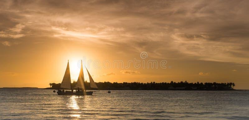 Σκάφος στο ηλιοβασίλεμα στη βασική δύση, Φλώριδα στοκ εικόνες
