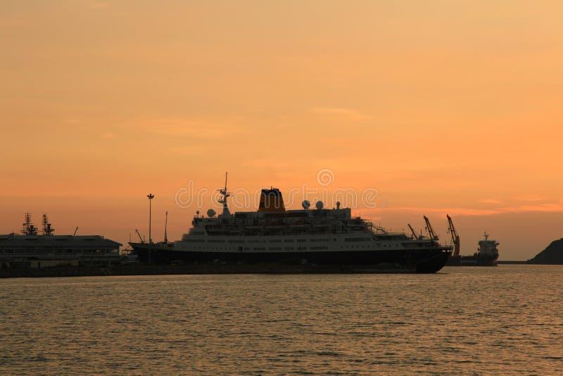 σκάφος στο ηλιοβασίλεμα στοκ εικόνες