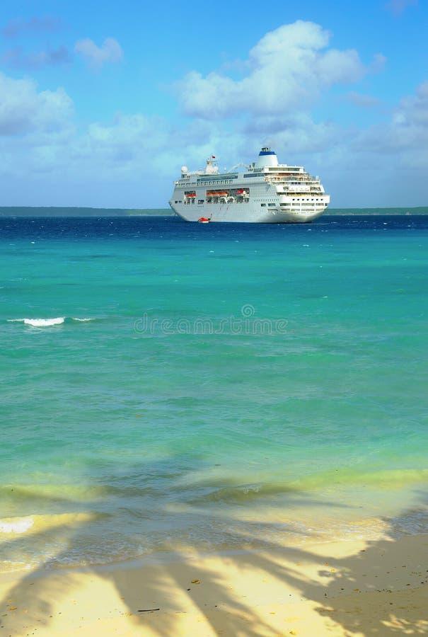 Σκάφος της γραμμής κρουαζιέρας κοντά στην ακτή στοκ εικόνα με δικαίωμα ελεύθερης χρήσης