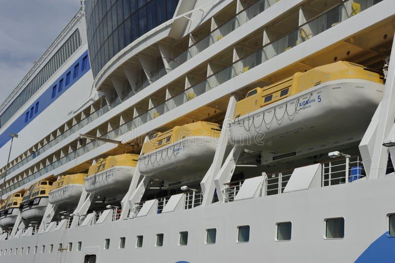 Σκάφος της γραμμής AIDAluna, σωσίβιες λέμβοι κρουαζιέρας στοκ εικόνα με δικαίωμα ελεύθερης χρήσης