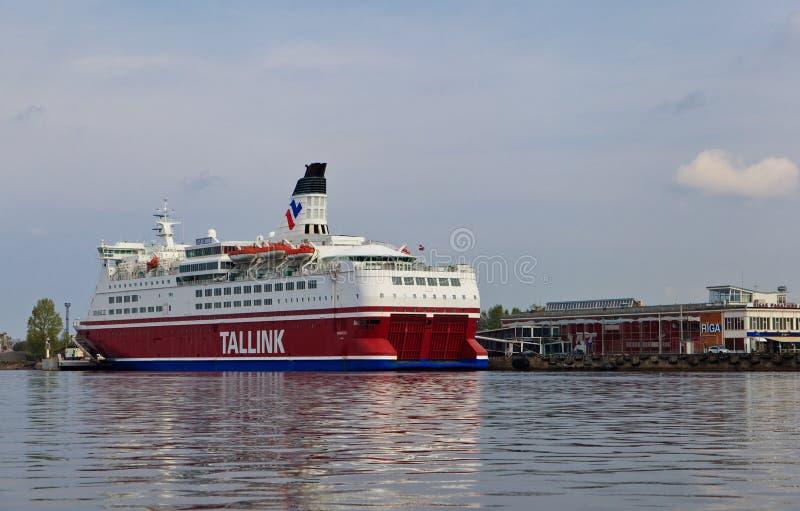 Σκάφος της γραμμής Tallink κρουαζιέρας κοντά στη Ρήγα στοκ φωτογραφία με δικαίωμα ελεύθερης χρήσης