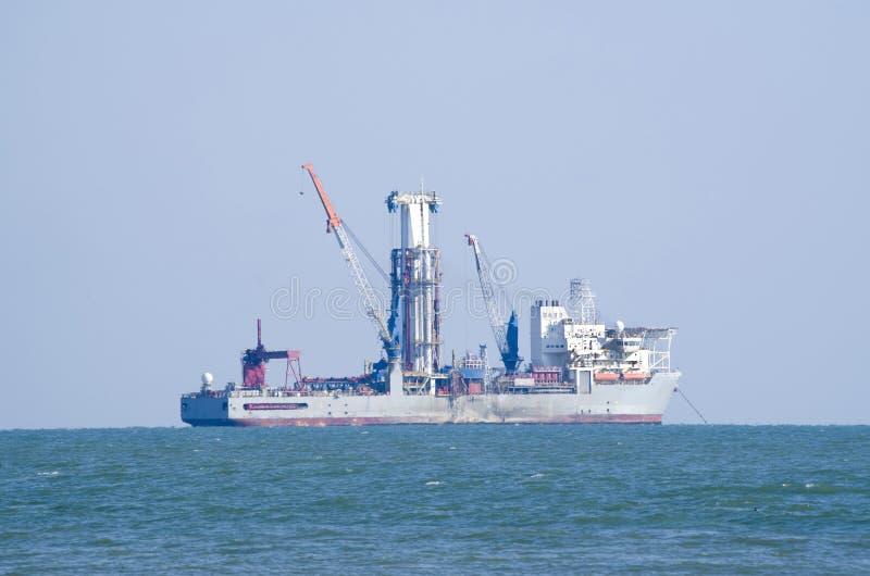 Σκάφος τρυπανιών μεγάλων θαλασσίων βαθών στο αγκυροβόλιο στοκ φωτογραφίες με δικαίωμα ελεύθερης χρήσης