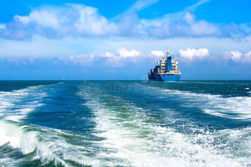 Σκάφος φορτίου που πλέει μέσα στη θάλασσα στοκ εικόνα με δικαίωμα ελεύθερης χρήσης