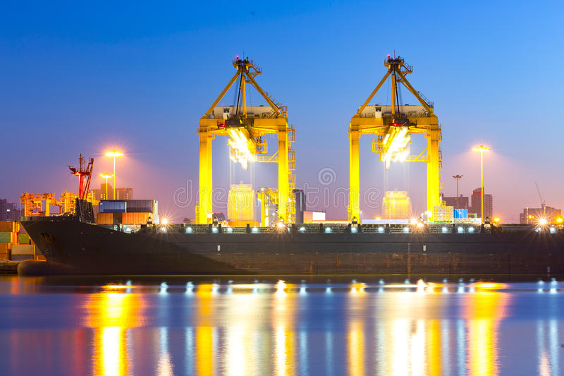 Download Σκάφος φορτίου φορτίου εμπορευματοκιβωτίων με τη λειτουργώντας γέφυρα ι φόρτωσης γερανών Στοκ Εικόνες - εικόνα από ναυλωτές, κατασκευή: 62724486