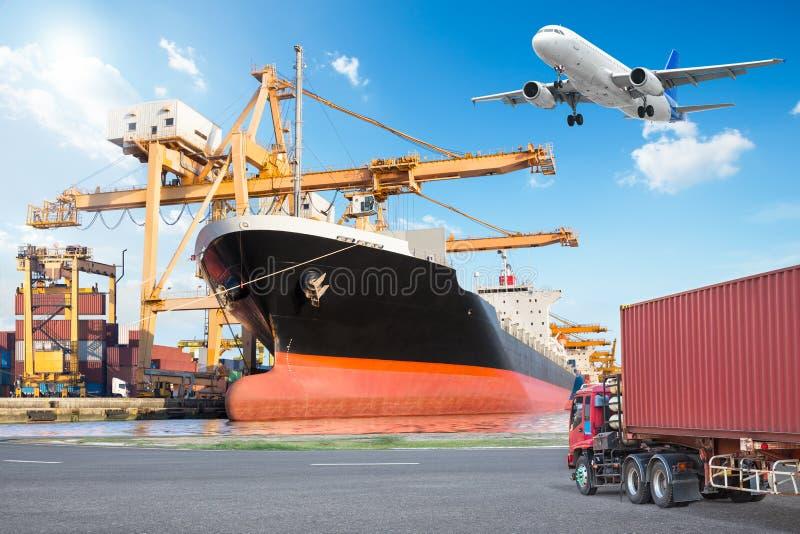 Σκάφος φορτίου φορτίου εμπορευματοκιβωτίων με τη λειτουργώντας γέφυρα φόρτωσης γερανών στοκ φωτογραφίες