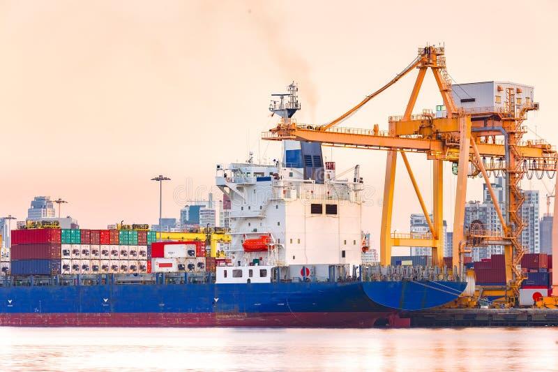 Download Σκάφος φορτίου φορτίου εμπορευματοκιβωτίων το πρωί, στη Μπανγκόκ Ταϊλάνδη Στοκ Εικόνες - εικόνα από λιμάνι, μηχανή: 62724154