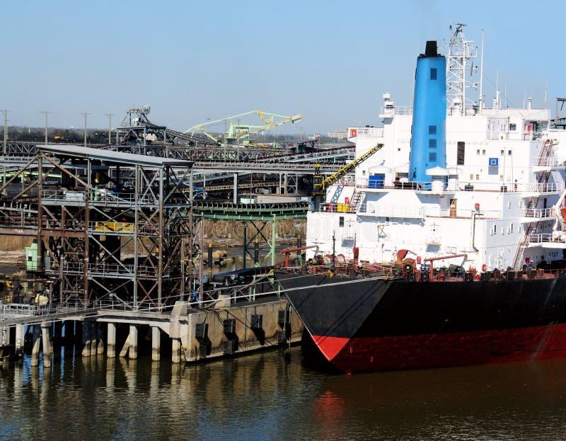 σκάφος φόρτωσης άνθρακα στοκ εικόνες με δικαίωμα ελεύθερης χρήσης