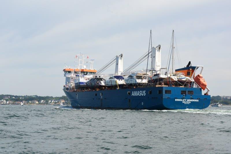 Σκάφος EEMSLIFT HENDRIKA που εισάγει το λιμάνι Poole στοκ εικόνα με δικαίωμα ελεύθερης χρήσης