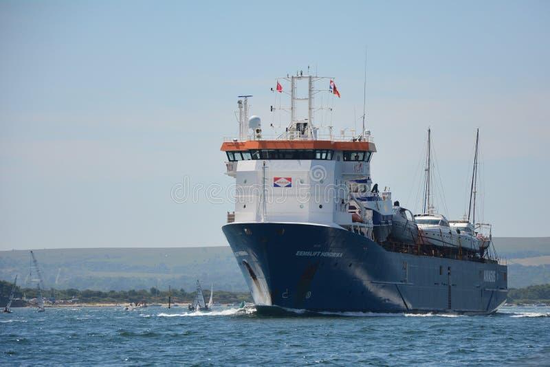 Σκάφος EEMSLIFT HENDRIKA που εισάγει το λιμάνι Poole στοκ φωτογραφία