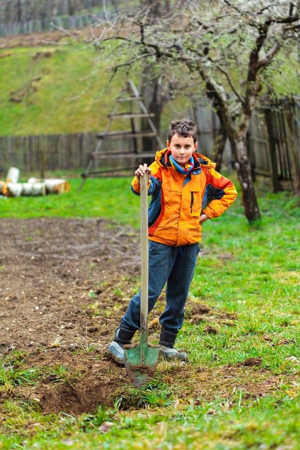 Σκάψιμο αγοριών στο έδαφος στοκ φωτογραφία με δικαίωμα ελεύθερης χρήσης