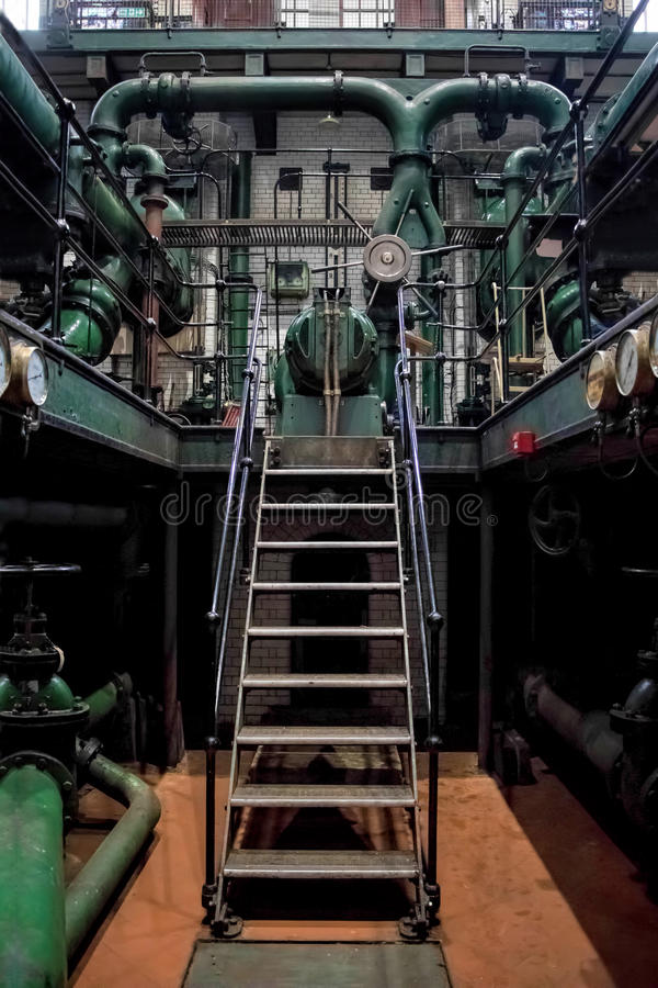 Σκάλα βιομηχανικών εγκαταστάσεων Μηχανήματα και σωλήνες στοκ εικόνες με δικαίωμα ελεύθερης χρήσης