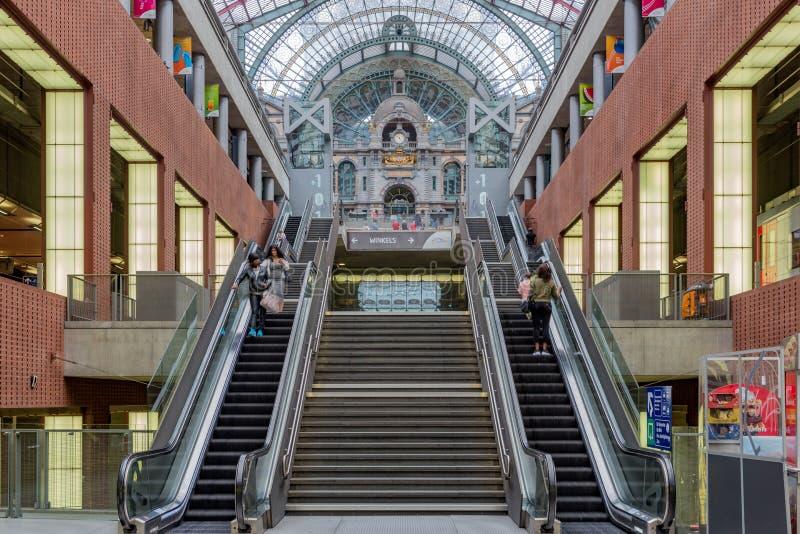 Σκάλα και κυλιόμενες σκάλες στο διάσημο ανακαινισμένο κεντρικό σταθμό της Αμβέρσας, Βέλγιο στοκ φωτογραφίες με δικαίωμα ελεύθερης χρήσης