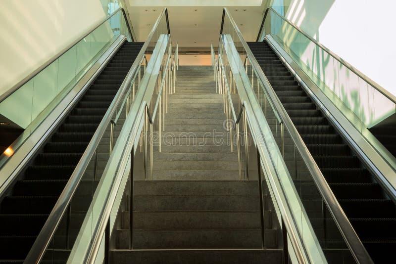 Σκάλα μεταξύ της κυλιόμενης σκάλας στοκ εικόνες