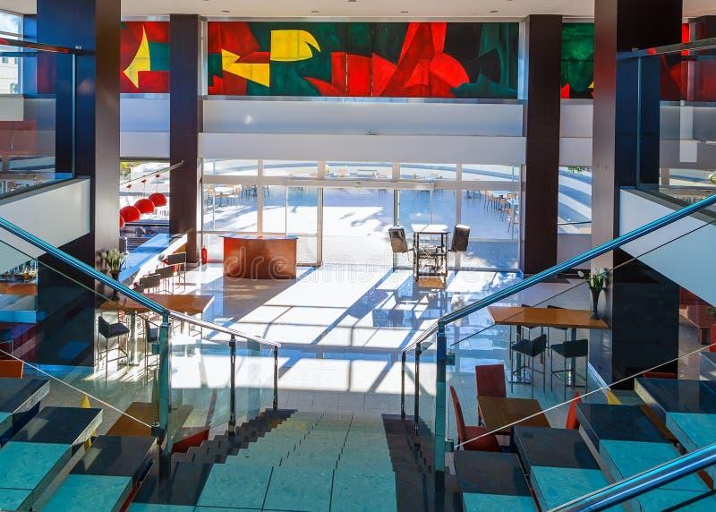 Σκάλα με τα κιγκλιδώματα κιγκλιδωμάτων και γυαλιού μετάλλων στο σύγχρονο ξενοδοχείο στοκ φωτογραφία με δικαίωμα ελεύθερης χρήσης