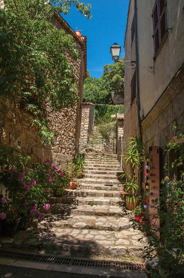 Σκάλα που αυξάνεται στη στενή αλέα σε Châteaudouble στοκ φωτογραφία με δικαίωμα ελεύθερης χρήσης
