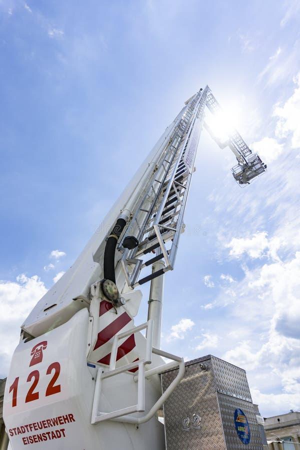 Σκάλα του αέρα μεταφοράς με φορτηγό πυρκαγιάς σε μια πυροσβεστική επίδειξη στοκ φωτογραφία με δικαίωμα ελεύθερης χρήσης