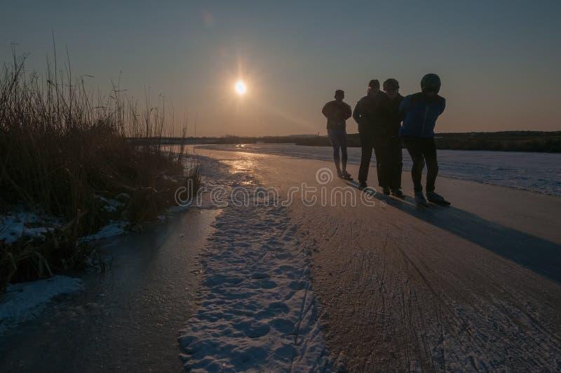 Σκέιτερ πάγου στο ηλιοβασίλεμα στοκ φωτογραφίες με δικαίωμα ελεύθερης χρήσης