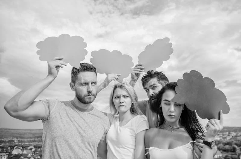 Σκέψεις του διαφορετικού φύλου Γενειοφόρα άτομο και κορίτσι με τις λεκτικές φυσαλίδες χρωματισμένο έννοιας αντικείμενο greys ποικ στοκ φωτογραφίες