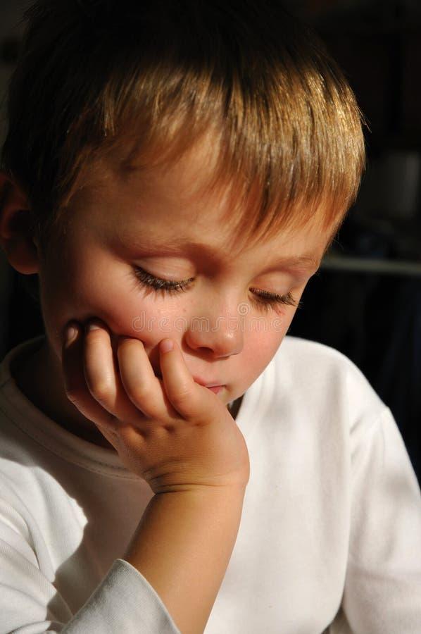 σκέψη αγοριών στοκ εικόνες με δικαίωμα ελεύθερης χρήσης