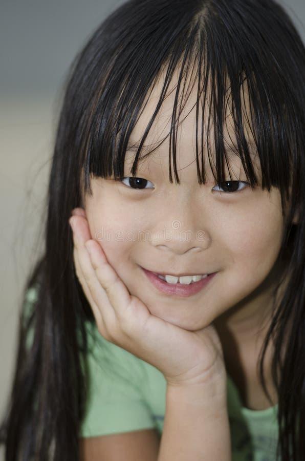 Σκέψη και χαμόγελο στοκ εικόνες με δικαίωμα ελεύθερης χρήσης