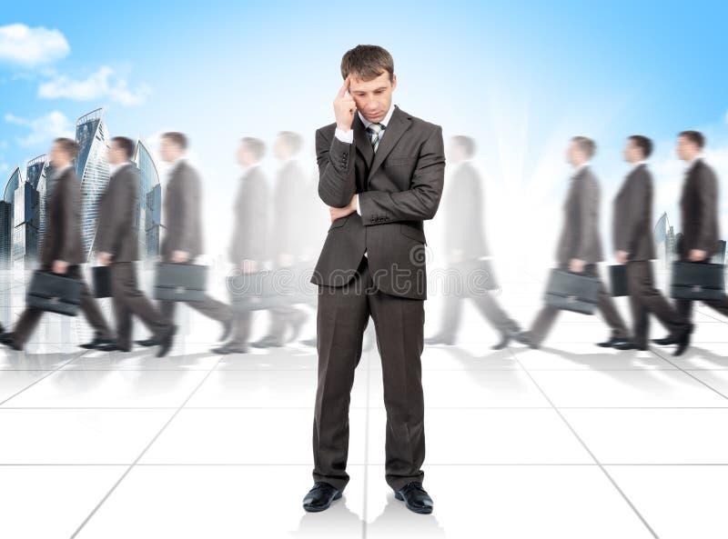σκέψη σειράς χρηματοδότησης επιχειρησιακών επιχειρηματιών Πολλοί άνθρωποι στο υπόβαθρο στοκ φωτογραφία