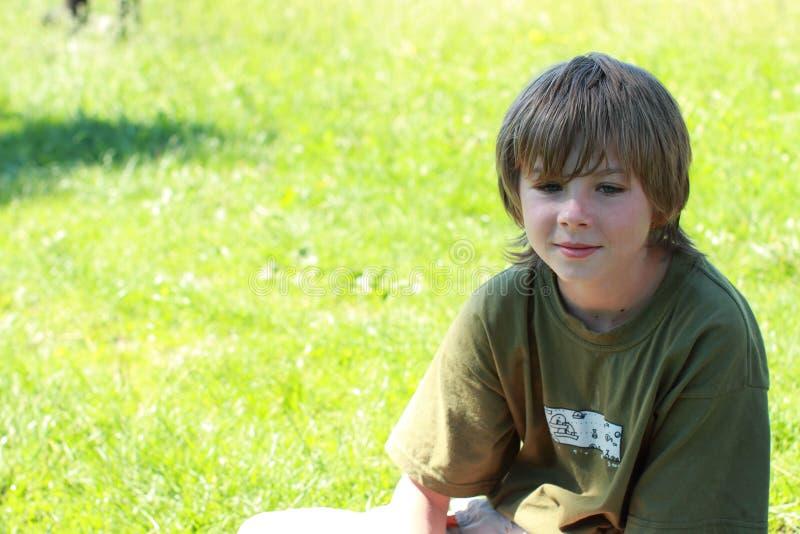 σκέψη χαμόγελου αγοριών στοκ φωτογραφίες με δικαίωμα ελεύθερης χρήσης