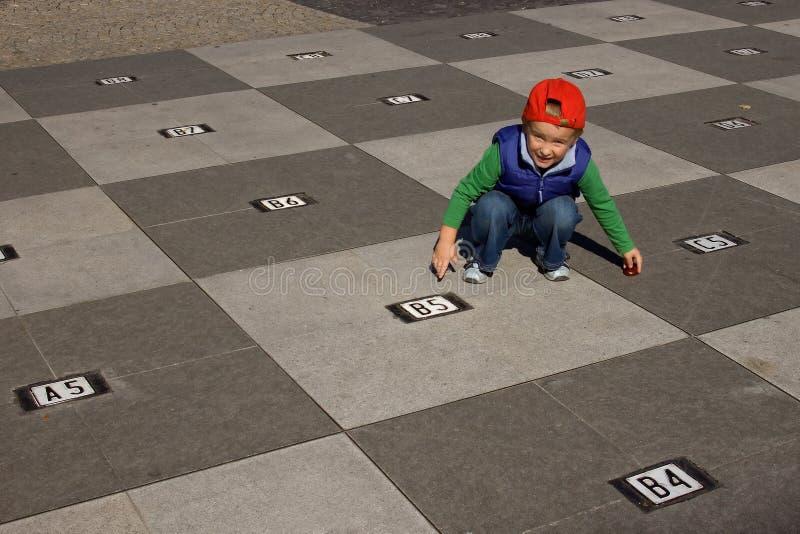 σκακιέρα αγοριών στοκ φωτογραφία