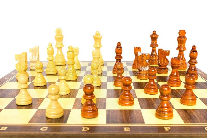 Σκακιέρα με τα ξύλινα κομμάτια σκακιού στοκ εικόνες