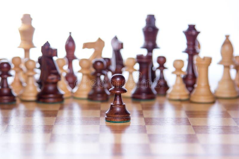 Σκακιέρα με την εστίαση στο ενέχυρο που στέκεται στο μέτωπο στοκ εικόνες με δικαίωμα ελεύθερης χρήσης