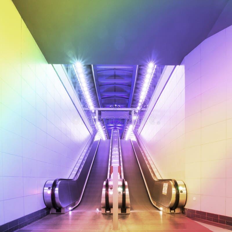 Σκαλοπάτια ανελκυστήρων σιδηροδρομικών σταθμών εισόδων στοκ φωτογραφίες