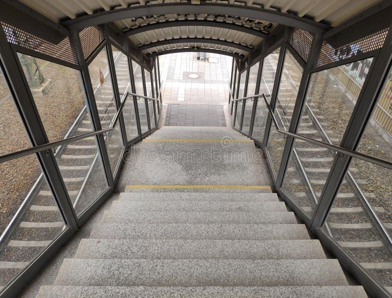 Σκαλοπάτια κάτω στο σταθμό τρένου στοκ εικόνα με δικαίωμα ελεύθερης χρήσης