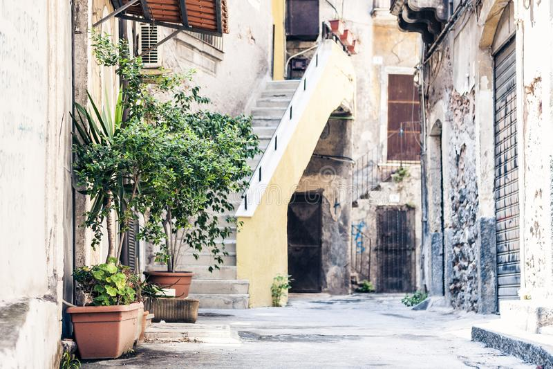 Σκαλοπάτια και εγκαταστάσεις στις σκάφες στο προαύλιο του σπιτιού στην Κατάνια, Σικελία, Ιταλία στοκ φωτογραφία με δικαίωμα ελεύθερης χρήσης
