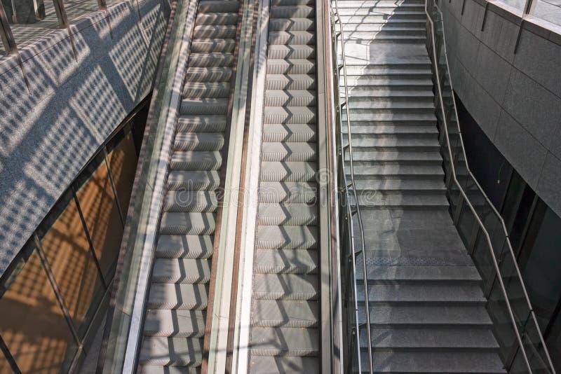 Σκαλοπάτια και κυλιόμενες σκάλες στοκ φωτογραφίες