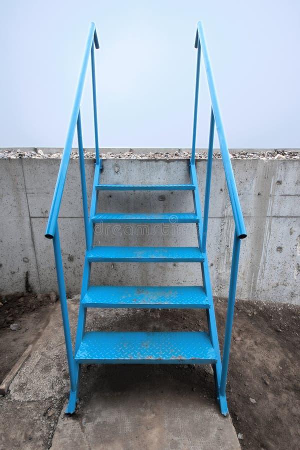 Download σκαλοπάτια μετάλλων στοκ εικόνες. εικόνα από ραμπών, σκάλα - 22780474